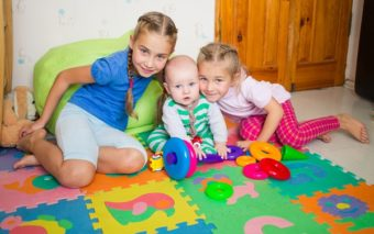 5 idei de joaca in casa