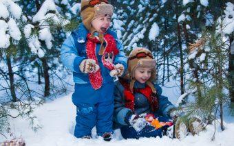 Cum să îmbrăci copiii mici și nou-născuții când se lasă frigul