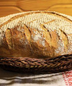Pâine semi-integrală cu nuci, făcută în casă