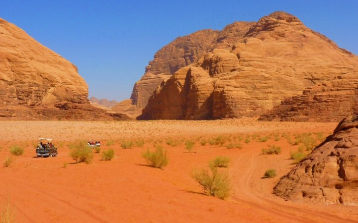 Petrece o noapte în deșert alături de beduini