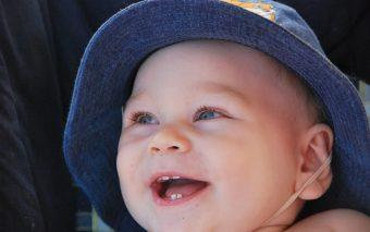 Cum îl împrietenești pe bebe cu pasta și periuța de dinți