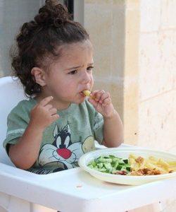 când începe un copil să mănânce singur