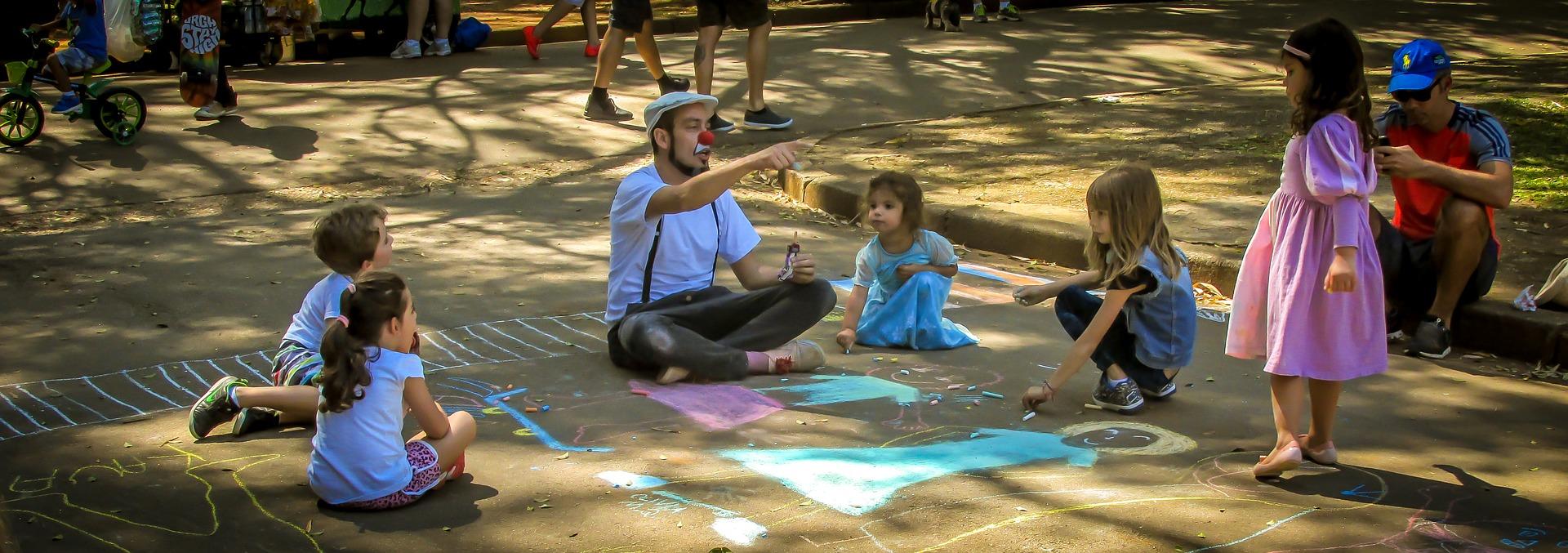 Cum stimulăm creativitatea și imaginația copiilor prin joc?