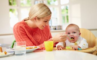 Bebelușul la 6 luni. Ce este nou în evoluția lui? Cum se comportă?