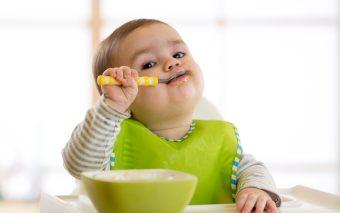 Când începe un copil să mănânce singur. Ce poți face pentru a-l ajuta