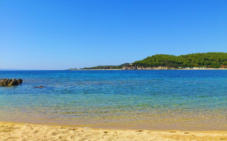 Primăvara în Halkidiki.Kriopigi – plaja de la poalele unei coline