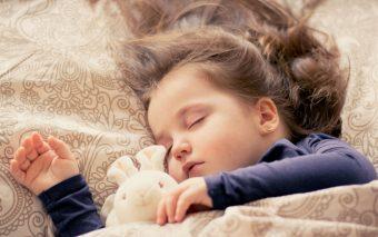 cum îți convingi copilul să doarmă la prânz