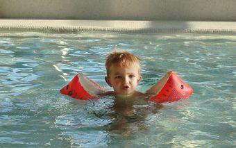 De ce e bun înotul pentru copii?