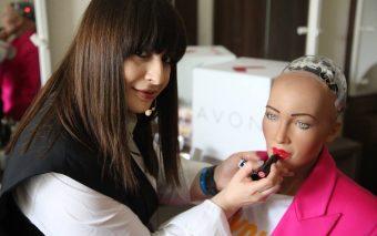 Sophia, primul robot cu cetățenie din lume,  a purtat în premieră machiaj AVON pe scena Brand Minds ...