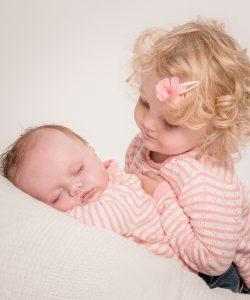Cum pregătești copilul pentru un nou bebeluș