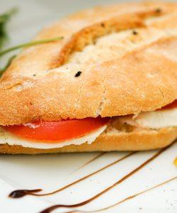 Sandviș cu roșii