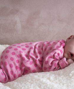 Cât trebuie să doarmă un bebeluș