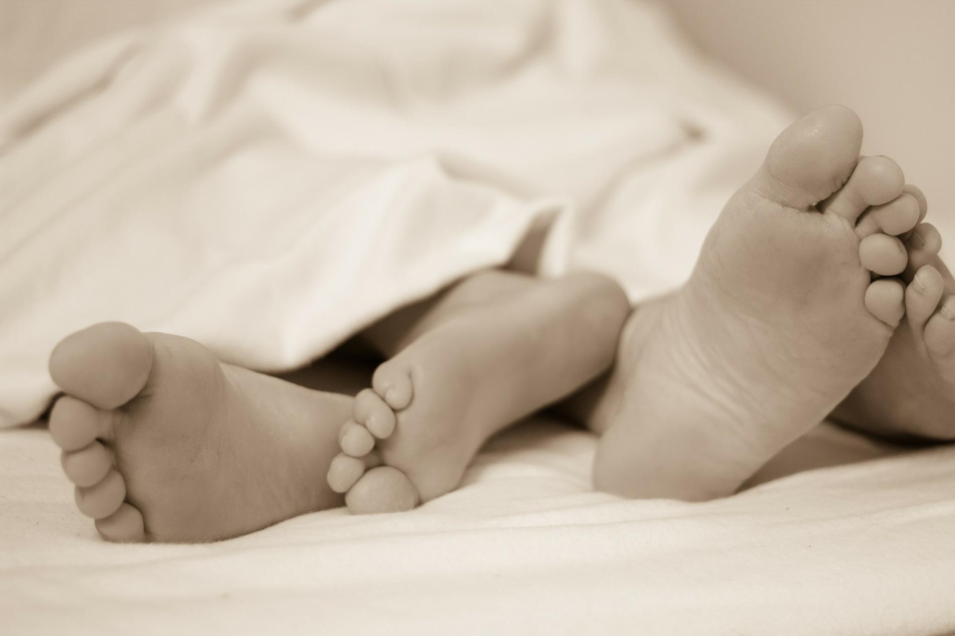 Copiii care dorm în pat cu părinții