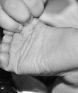 Masajul tălpilor la bebeluși