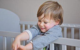 Până la ce vârstă doarme copilul în pătuț?