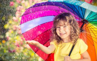 6 sugestii de activități pentru o zi ploioasă la mare