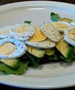 Tartine cu avocado, brânză și ouă