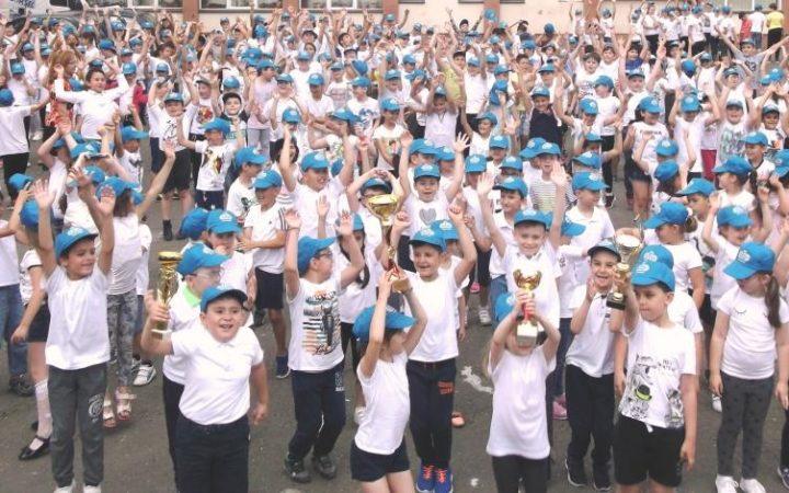 """În cadrul mișcării naționale """"Și eu trăiesc sănătos!"""" – SETS2020, echipa Fundaţiei PRAIS a realizat un sondaj de evaluare a impactului noii ediții a mișcării naționale SETS2020, aplicându-l cadrelor didactice din 101 şcoli active din 5 orașe: București, Cluj-Napoca, Ploiești, Roman, Timișoara și 14 comunități rurale din județele Prahova și Timiș. Evaluarea a avut la bază răspunsurile la 377 de chestionare completate de cadrele didactice din 71 de școli, în perioada mai – iunie 2018. 99,7% dintre respondenți au declarat că mișcarea națională """"Și eu trăiesc sănătos!"""" – SETS2020 are un impact pozitiv asupra comportamentului și obiceiurilor de stil de viață al elevilor din ciclul primar. Rezultatele acestei ediții au fost posibile datorită continuării și diversificării activărilor din școli, a lecțiilor deschise adresate copiilor, precum și multiplelor concursuri tematice prin care sunt promovate extracurricular stilul de viață echilibrat, starea de bine, diversitatea, incluziunea socială și talentul elevilor, stimulându-le capacitatea de colaborare în echipă, bunele relații interpersonale, respectul de sine și a celor din jur. De la lansare, platforma social media, prin portalul www.sets.ro, pagina de Facebook@MiscareaSETS și canalul de YouTube@MiscareaSETS, a fost unul dintre cele mai importante instrumente de comunicare cu familiile elevilor, prietenii lor și profesorii. Astfel, la finalul ediției anuale pe pagina Facebook@MiscareaSETS, 27.038 de elevi sprijiniți de 1.178 cadre didactice au înregistrat voluntar 5.047 dintre activitățile SETS, care au însumat 5.949 de ore, potrivit răspunsurilor cadrelor didactice implicate activ în competiții. Cele trei noi activități fizice - concursuri derulate simultan în școlile din marile orașe și din mediul rural - au beneficiat de o mare participare: SETS GymClass - 36%, 10 Minute SETS - 34%, iar SETS Flashmob, cu 30%. În cadrul competiției SETS GymClass, 105 școli s-au înscris cu 2.878 activități, realizate de către 11.413 el"""