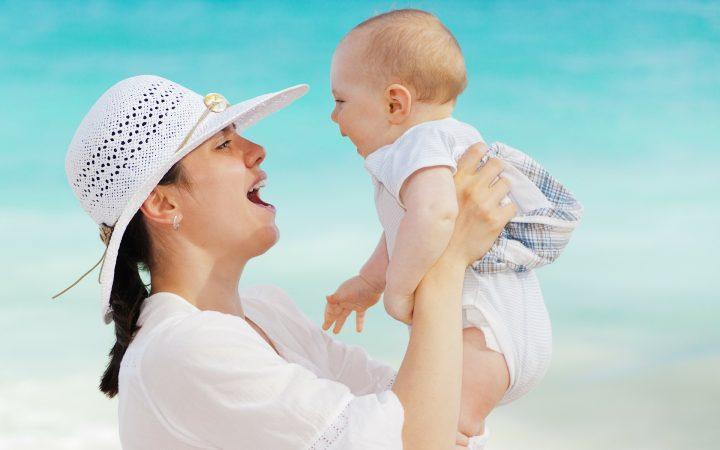 la plajă cu bebelușul