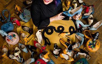 Pantofi pictați cu povești – colecția Lyria pentru femeia urbană, sofisticată
