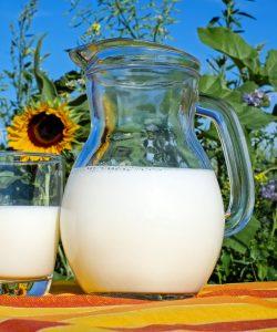 """Întrebarea """"când îi pot da bebelușului lapte de vacă"""" este total îndreptățită. Și este grozav dacă o pui și cauți răspunsul înainte să treci la fapte."""
