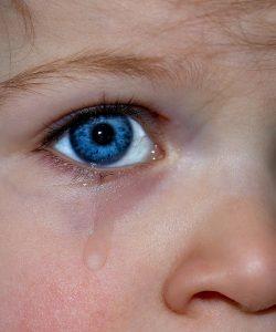 Ești dintre cei care îl consolează înainte de a apuca să verse o lacrimă? Treaba asta cu plânsul mai depinde și de vârsta copilului.