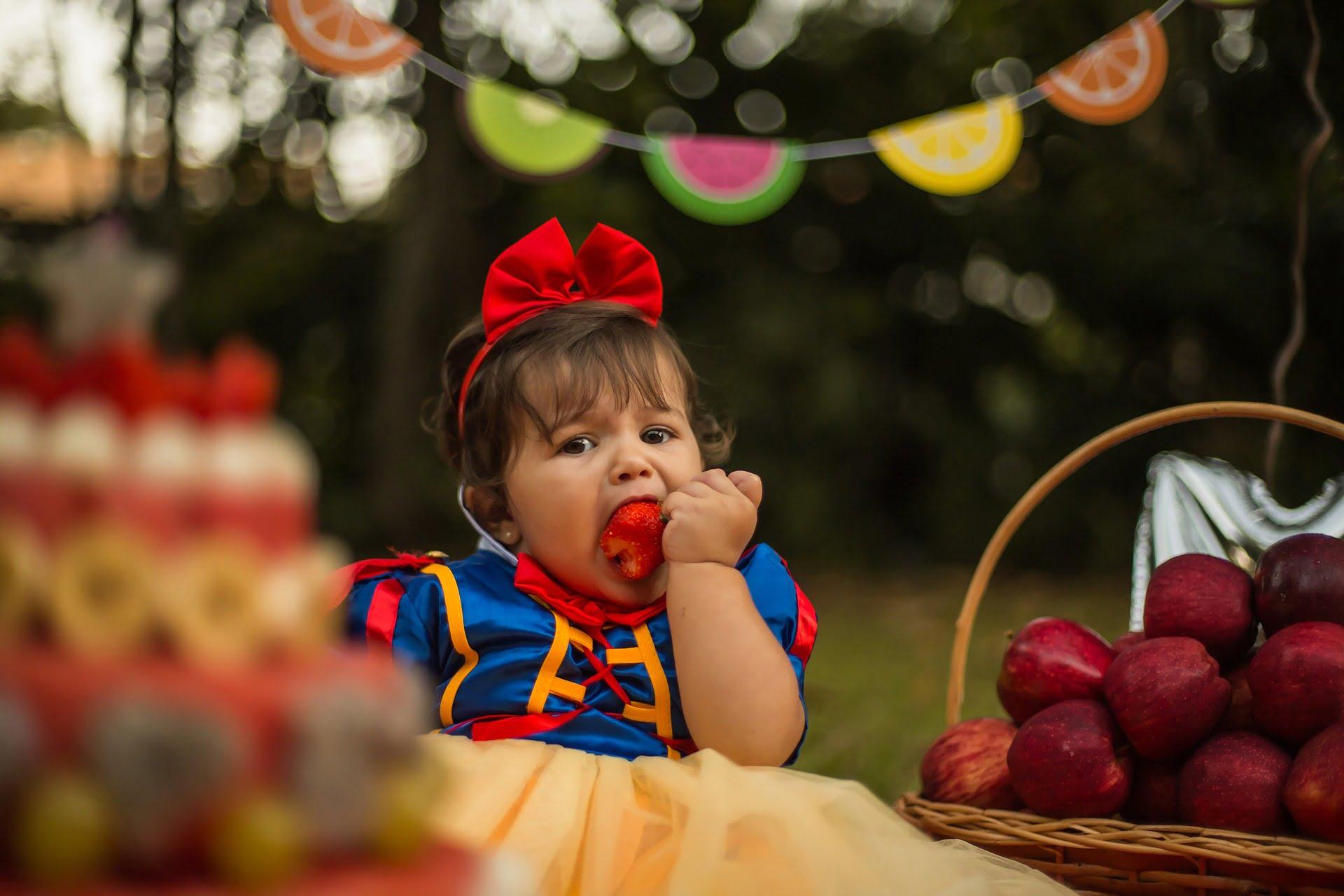 Oricât de curios și de pofticios ar fi copilul, ține cont că există o listă de alimente interzise până la 2 ani.