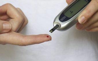 O valoare crescută a glicemiei la o persoană sănătoasă poate însemna diagnostic de diabet. O glicemie crescută la un diabetic înseamnă risc de complicații cardiovasculare, renale sau oculare.