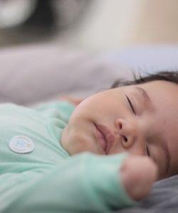 Cât trebuie să doarmă bebelușii?