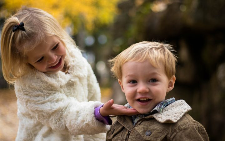 Toți părinții considerăm că superlativele s-au născut odată cu micuții noștri. Singura problemă e că lauda exagerată a copilului poate fi dăunătoare.