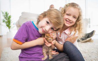 Relația dintre copii și animalele de companie: prietenie pe viață