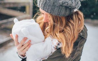 Te-ai codit până să iei decizia de a petrece prima vacanță cu bebelușul. Într-adevăr, poate fi complicat.