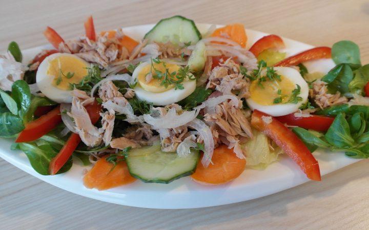 Salată cu ton, ouă fierte și legume