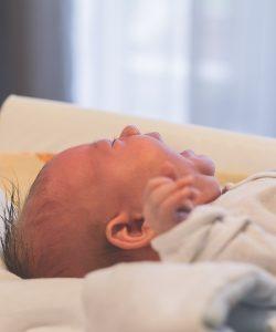 Un studiu recent arată că dacă se lasă copilul să plângă, nu înseamnă că îi crește nivelul de stres.