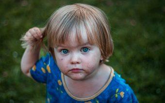 Sunt ticurile motiv de îngrijorare? Cum scapă copilul de ele? Citește și vei afla răspunsurile.