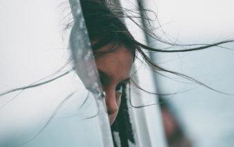 Separarea copilului de părinți – fie că e vorba de tata sau mama – are ca și consecință o traumă psihologică.