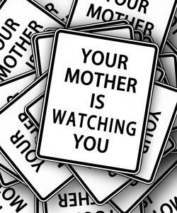 Mama hiperprotectoare și consecințele acestui tip de comportament