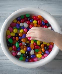 Dacă ne este greu nouă, adulților, să rezistăm în fața dulciurilor, de copii ce să mai zicem? Nu trebuie să fim absurzi și să le interzicem cu desăvârșire.