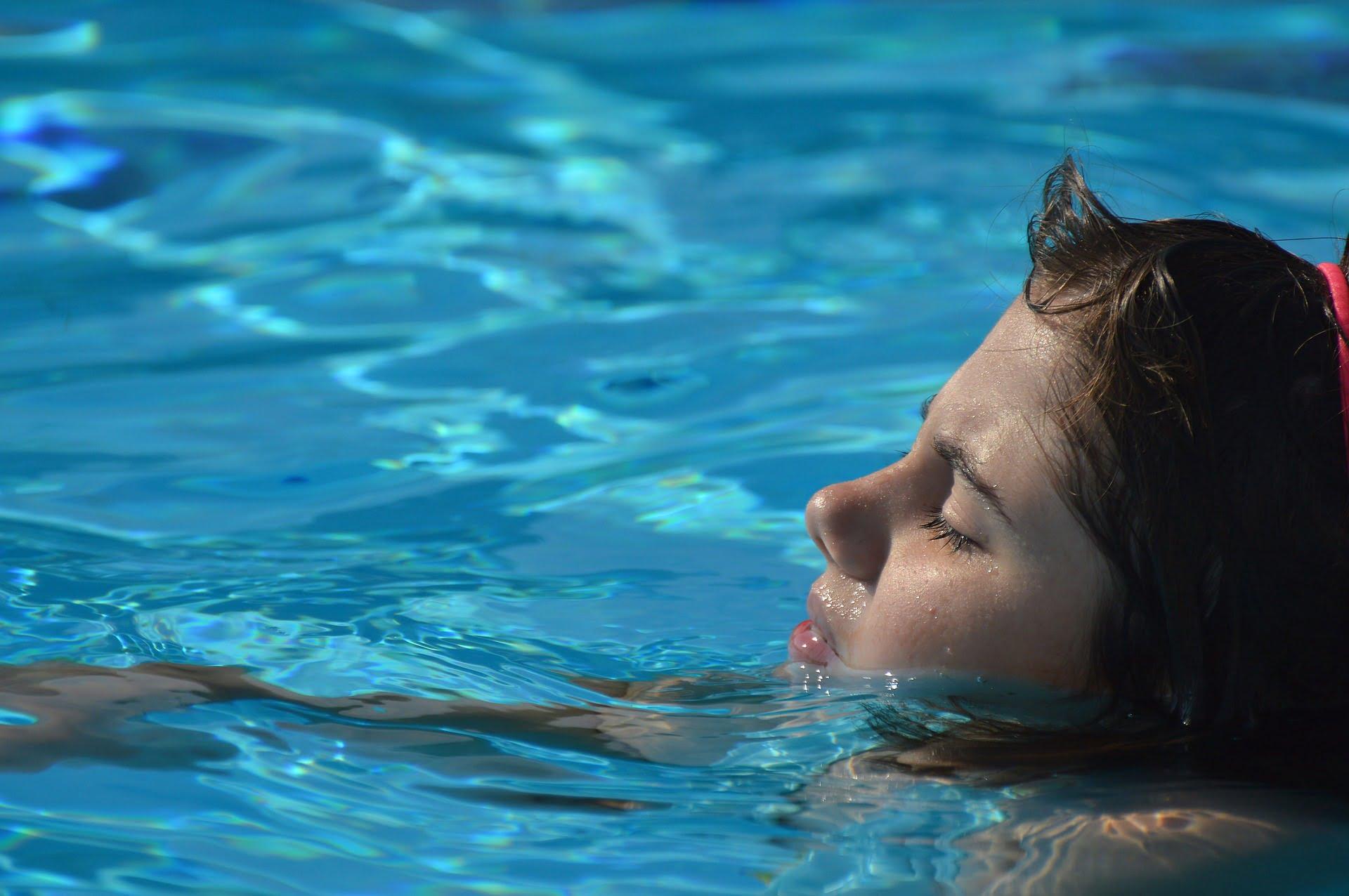 Deși beneficiile lui sunt demonstrate – în principal diminuarea durerilor comune din această perioadă – o gravidă la piscină poate fi expusa și unor pericole.