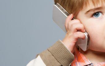 La ce vârstă îi iei telefon copilului? Ce spun experții?