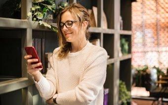 Femeia care își caută un partener prin datingul online: 25-44 de ani, optimistă și cu puțin timp lib...
