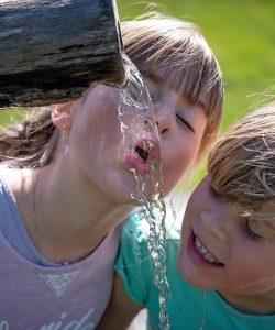 Este bine de știut câtă apă trebuie să bea un copil.