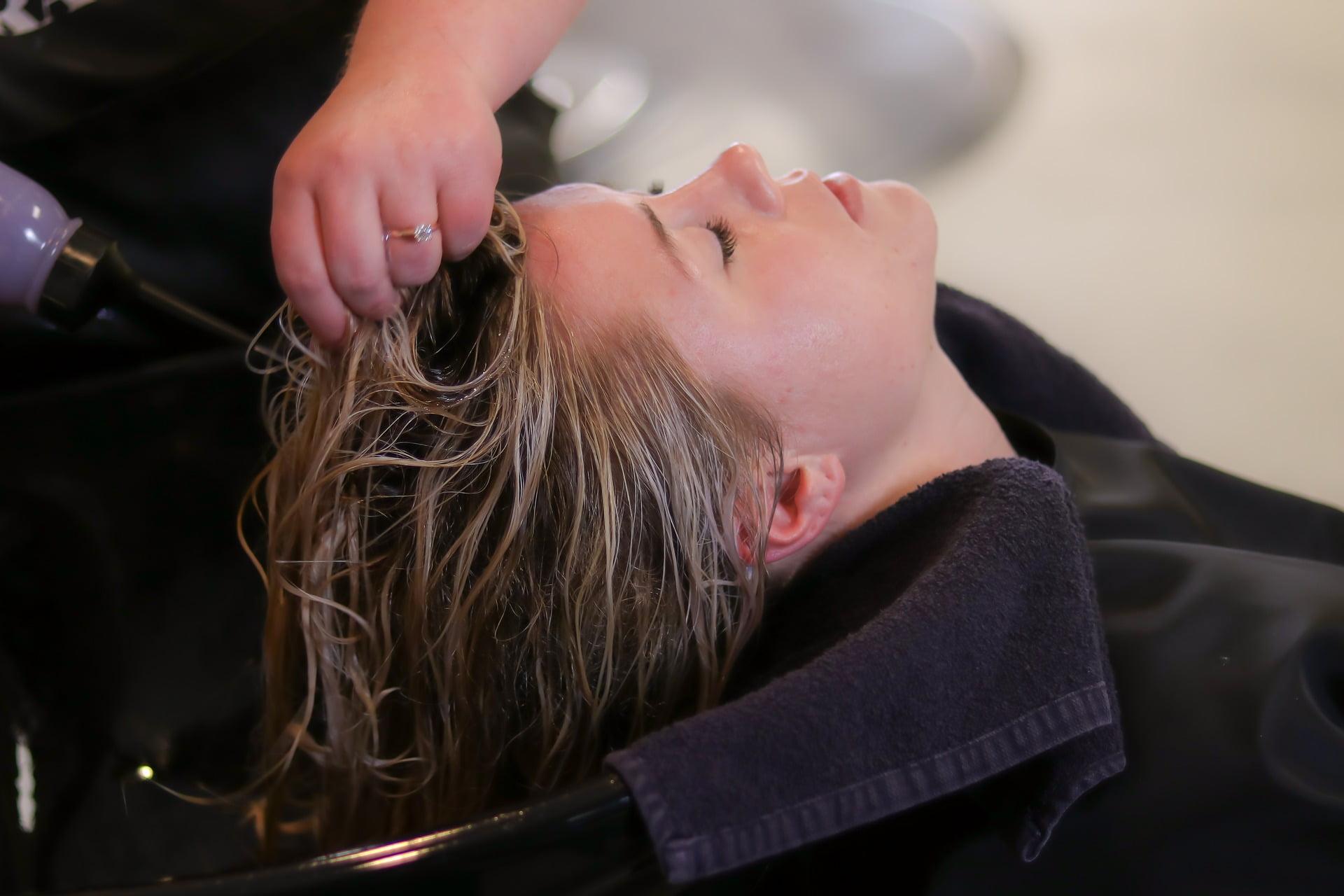 Știi care sunt cele mai bune uleiuri pentru un păr irezistibil? Nu?! Află!