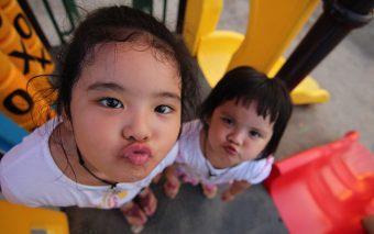 Există mai multe feluri în care copilul își manifestă nevoia de atenție