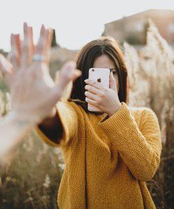 Află cum afectează social media relația de cuplu și încearcă să te pui la adăpost!