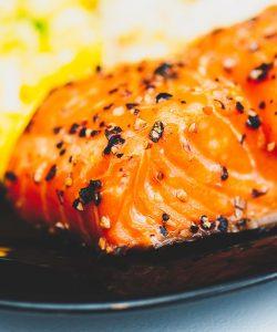 File de somon sub crustă de piper și legume la tigaie