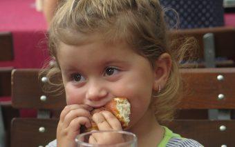 Pentru mâncatul emoțional în copilărie, de vină nu sunt genele ci mediul de acasă.