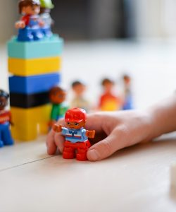 Cum influențează jucăriile dezvoltarea copilului? De ce sunt importante?