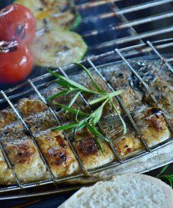 Doradă și pachețele de legume la grătar