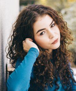 Dacă nu cunoști câteva reguli de îngrijire a părului creț, cel mai probabil e că îl vei considera o povară.